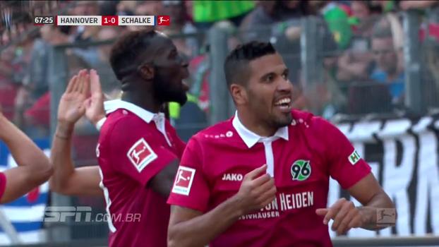 Com gol do brasileiro Jonathas, Hannover 96 bate Schalke 04 e conquista segunda vitória no Alemão
