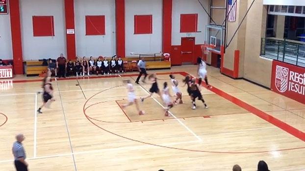 Faz igual? Aos 15 anos, jogadora rouba a bola e dá cravada impressionante no basquete colegial