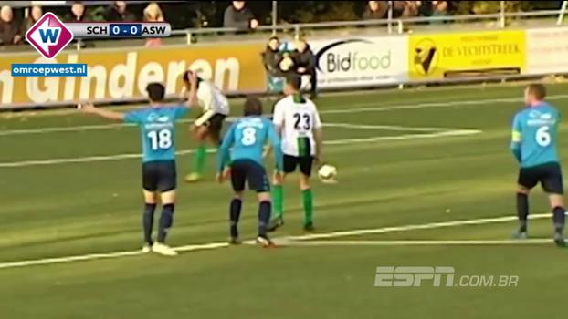 Jogador da quarta divisão holandesa escorrega em cobrança de pênalti, não toca na bola, chuta novamente e protagoniza lance bizarro