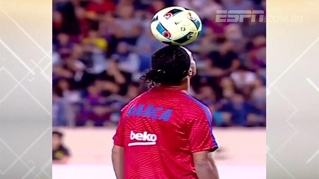 Antes de 'Clássico das Lendas', Ronaldinho esbanjou categoria equilibrando a bola na cabeça. Veja!