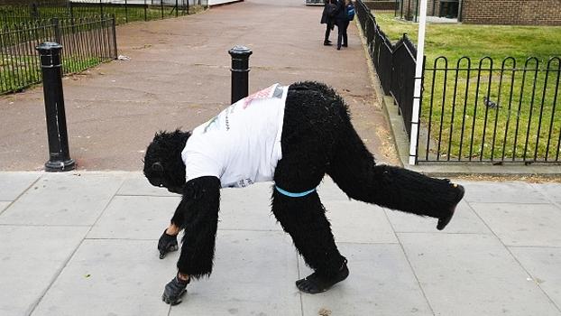 Após 6 dias, 'Mister Gorilla'  termina maratona de Londres e arrecada fundos para organização
