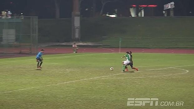 Zagueiro comete pênalti inexplicável e complica seu time na Liga de Singapura