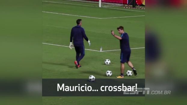 Veja a classe do técnico do Tottenham ao ser desafiado por torcedores a acertar travessão em treino