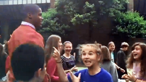 Cam Newton participa de recreio escolar e leva crianças à loucura