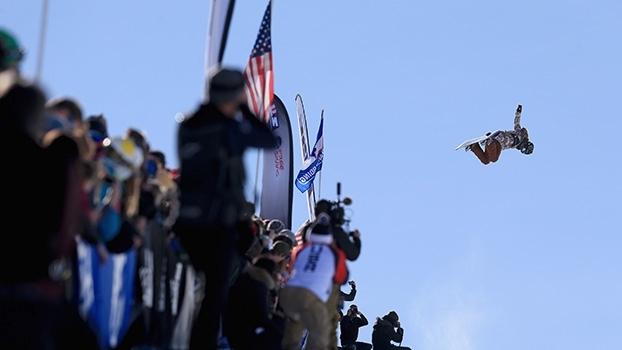 Impressionante! Americana de 16 anos faz manobra com 3 voltas no ar no snowboard