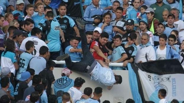 Veja o exato momento em que torcedor argentino é arremessado da arquibancada