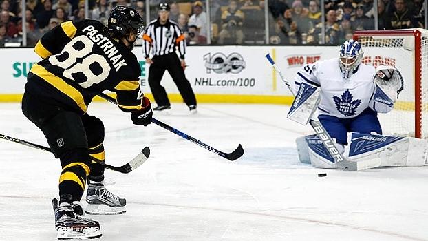 Bruins goleiam Sharks e voltam a vencer após duas derrotas seguidas na NHL