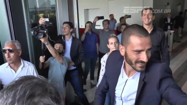 Que tumulto! Bonucci encara multidão e chega ao Milan com status de ídolo