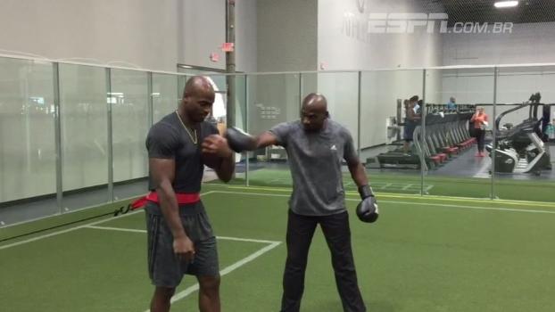 Socos, resistência e concentração: astro da NFL mostra rotina de treinos para a temporada