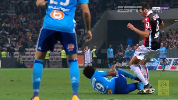 Hoje no Olympique de Marselha, Luiz Gustavo dá carrinho, pega bola e adversário e é expulso
