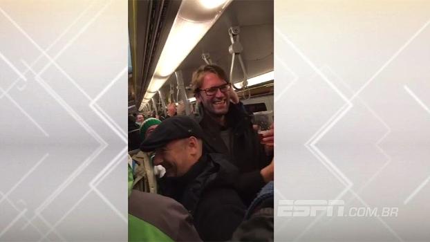 No metrô de Viena, sósia de Jurgen Klopp toma cerveja e festeja com fãs irlandeses