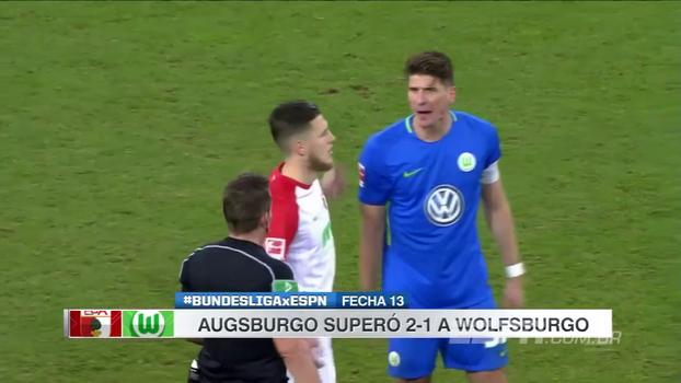 Wolfsburg tem jogador expulso, Augsburg supera frango, vence de virada e chega ao 8º lugar
