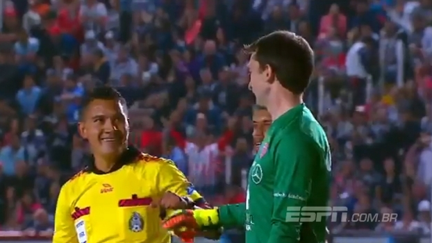 Ex-goleiro do River Plate faz ótima defesa e ganha 'parabéns' do árbitro do jogo