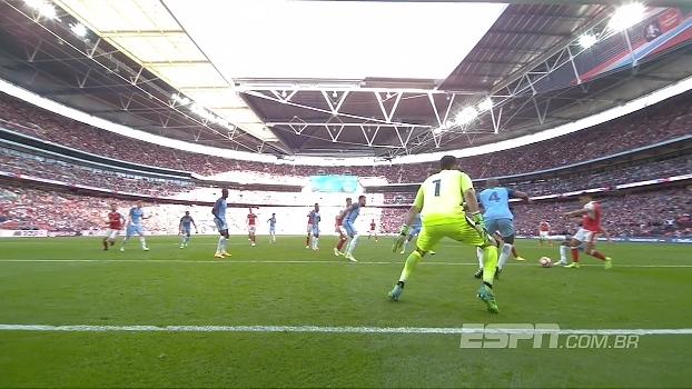 Tempo real: GOL do Arsenal! Na cobrança de falta, Koscielny toca para o meio, Welbeck fura, mas Sánchez não desperdiça