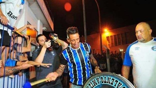Mais de mil gremistas recepcionam chegada de Lucas Barrios a Porto Alegre