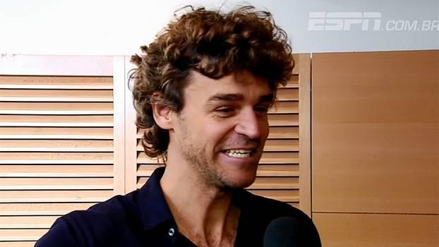 Responsável por entregar o troféu de Roland Garros ao campeão, Guga fala em 'momento de emoção'