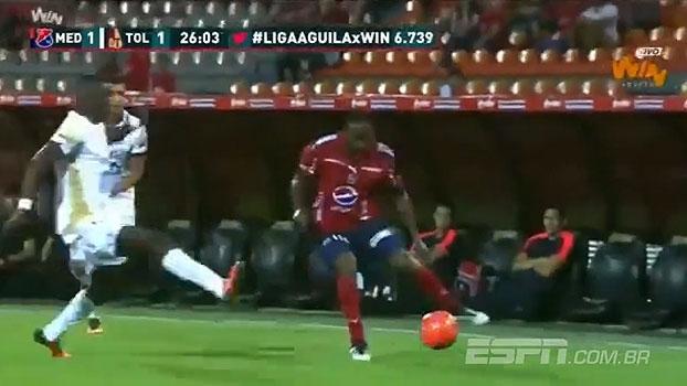 Chapéu, caneta e mais: colombiano anota gol absurdo contra o Tolima