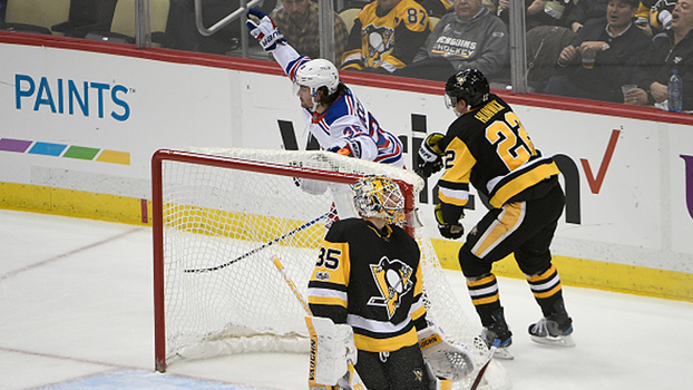 New York Rangers vencem atuais bicampeões Penguins fora de casa com gol contra no 3º período