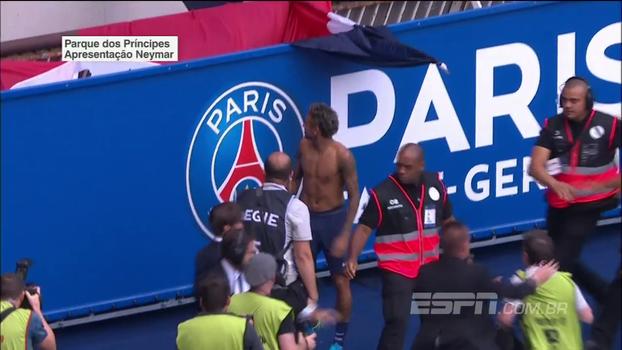 Neymar quebra o protocolo durante 'volta olímpica', tira a camisa e joga para torcedores