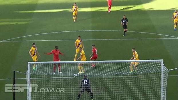 Tempo real: Coutinho consegue fazer cabeceio em cruzamento, mas bola desvia e fica fácil para defesa de Hennessey