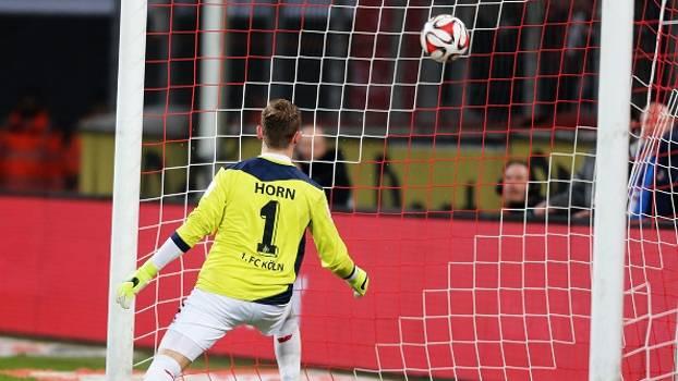 fa5a89f776 Em jogo com gol contra de ombro de goleiro