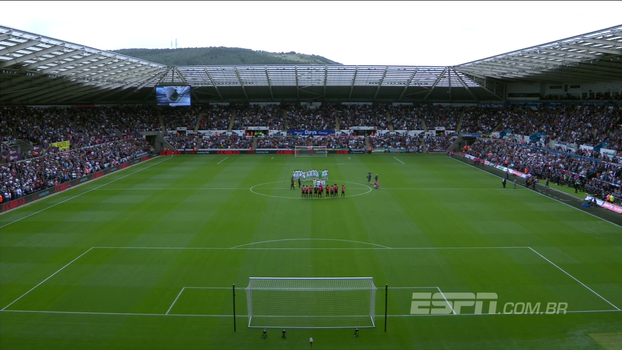 Antes da bola rolar, Manchester United e Swansea prestam minuto de silêncio em homenagem a Barcelona