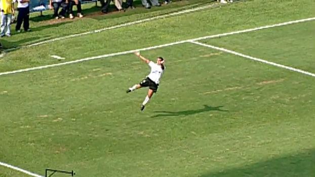 Com Tévez endiabrado, Corinthians aplicou goleada história no Santos em 2005; reveja