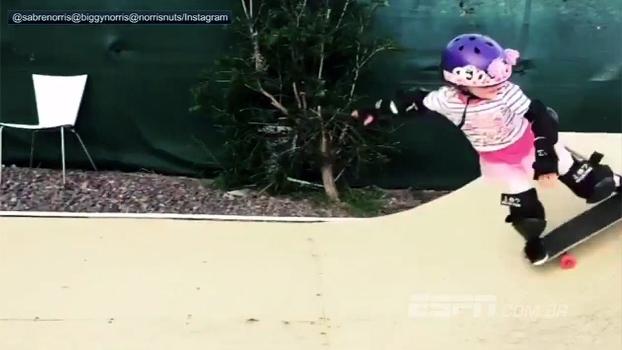 Que fofura! Garotinha arrisca 'manobra' no skate e leva os amiguinhos ao delírio