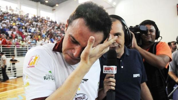 Muito emocionado, Falcão comemora 8º título da Liga Futsal: 'Cada um tem uma história'