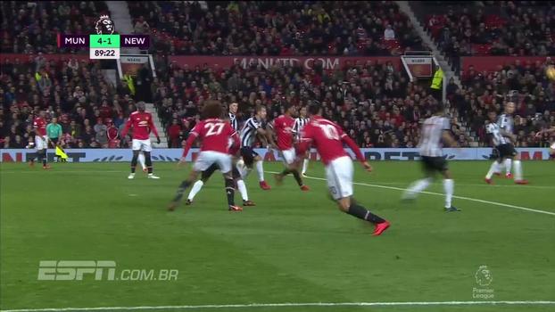 QUASE! Ibrahimovic tenta voleio e por pouco não marca golaço em retorno