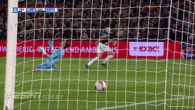 Goleirão do Feyenoord tenta fazer o que não sabe, entrega gol e protagoniza lance patético