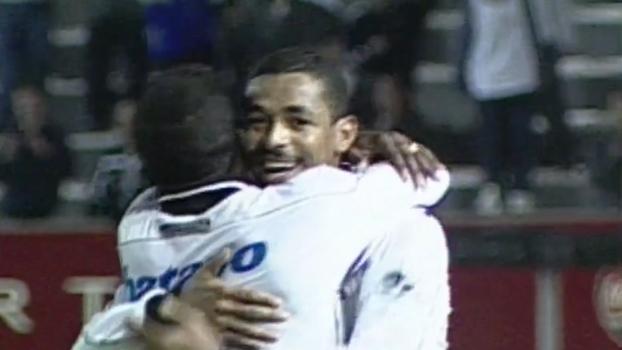 Com direito a golaço de Vampeta, Corinthians de Marcelinho e companhia enfiou 5 no Vitória em 1999