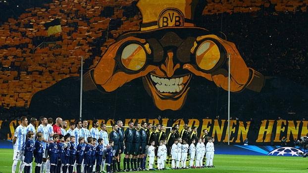 Torcida do Dortmund faz mosaico incrível durante entrada das equipes no gramado do Iduna Park; VEJA