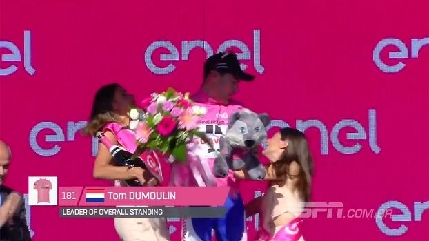 Ciclista dá cotovelada dupla e quase leva modelos à nocaute durante pódio do Giro d'Italia