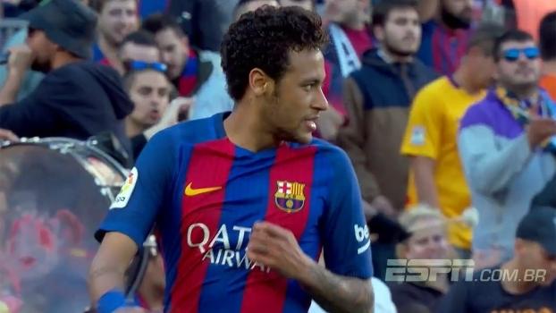 Neymar recebe de Messi e tenta tocar por cobertura 4587a76f41cdb