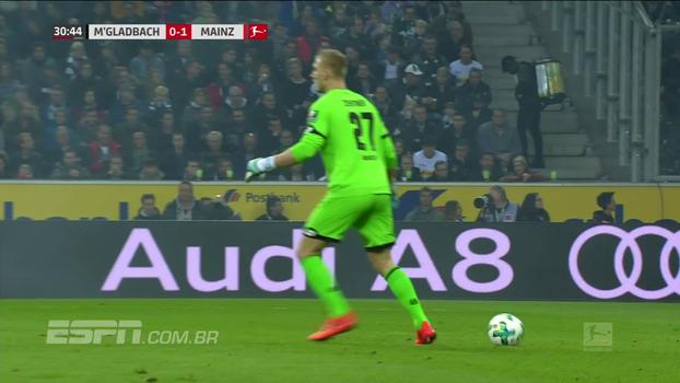 Goleiro do Mainz se atrapalha, 'esquece' a bola, chuta o ar e quase protagoniza lambança; veja
