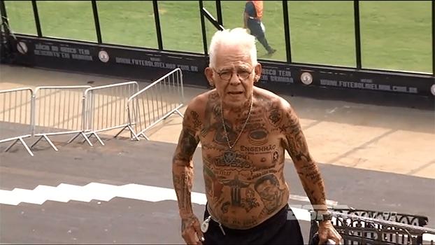 Aos 70 anos, torcedor tem mais de 80 tatuagens do Botafogo pelo corpo