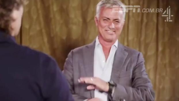 Quem ri, perde: Mourinho ouve piadas ruins de comediante inglês e cai na gargalhada