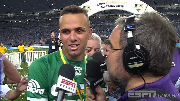 Vestido de Chape, Luan agradece o Grêmio, mas despista sobre futuro: 'Vou comemorar hoje'