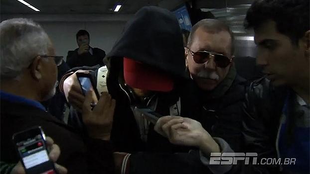 De surpresa, Neymar chega antes da seleção e causa tumulto no aeroporto