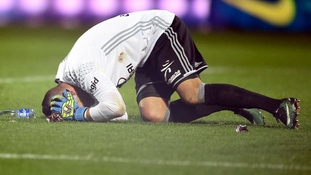 Veja o momento em que um rojão estoura ao lado de goleiro na partida entre Metz x Lyon