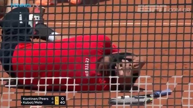 Que pancada! Marcelo Melo leva bolada de 'fogo amigo' no Masters 1000 de Roma e fica no chão