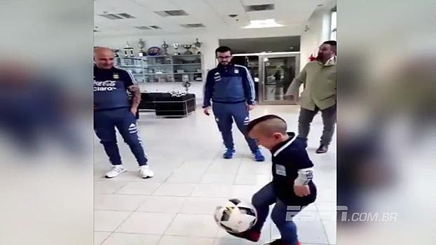 Prodígio! Garoto argentino mostra habilidade impressionante com a bola e deixa Sampaoli de boca aberta