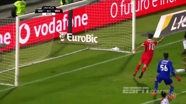 Jonas marca, Benfica vence Vitória de Guimarães fora de casa e segue a cinco pontos do Porto