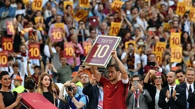 Homenagens, choro e despedida; veja como foi o último jogo de Totti com a camisa da Roma