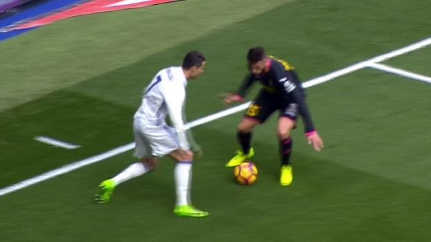 Já vai? Cristiano Ronaldo dribla adversário com elástico entre as pernas