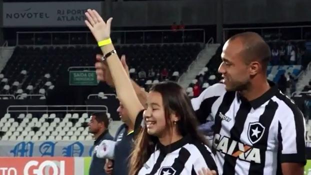 Filha de Roger entra em campo com o pai, é ovacionada e agradece: 'Vocês estão no meu coração!'