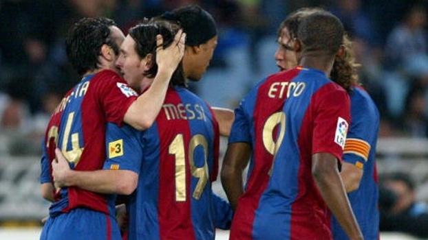Ronaldinho foi garçom, Iniesta e Eto'o marcaram e Barcelona bateu Real Sociedad há nove anos