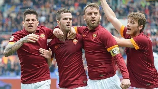 Jogadores da Roma comemoram gol da vitória marcado por Nainggolan