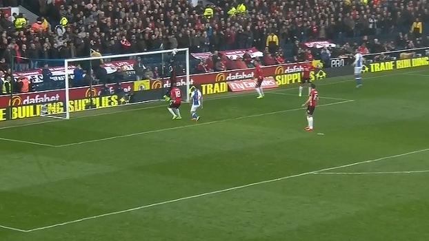 Após levantamento na área, a bola desvia, mas fica fácil para Romero